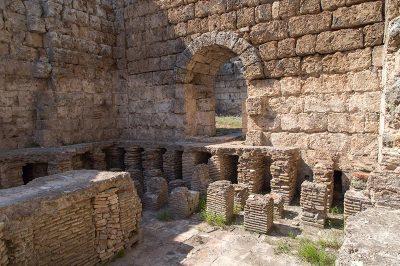 antalya perge antik kenti guney hamami 400x266
