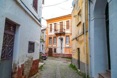ayvalikcunda evleri sokaklari 400x266