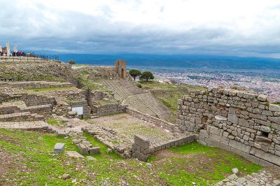 bergama pergamon antik kenti tapinak kalintilari temelleri 400x266