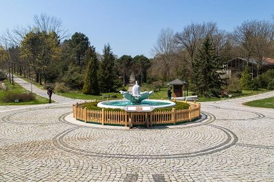 ataturk arboretumu mese heykeli meydani 400x266