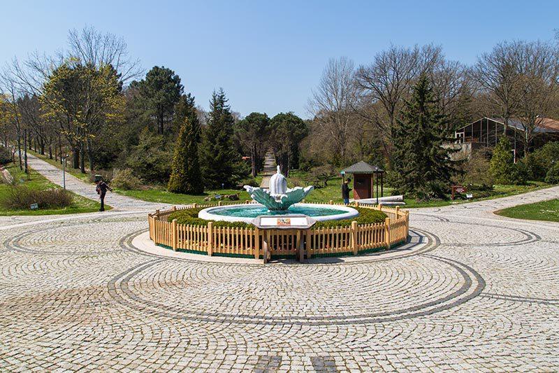 ataturk arboretumu mese heykeli meydani