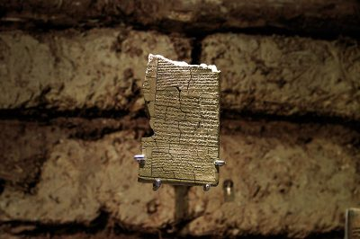 antakya arkeoloji muzesi hiyeroglif yazit 400x266