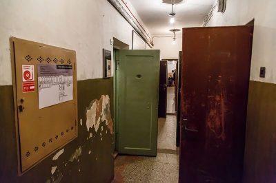 litvanya kgb muzesi hucre koridoru 2 400x266