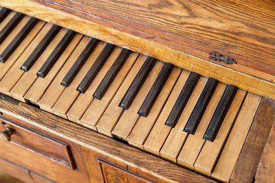 litvanya tiyatro muzesi tahta piyano 400x266