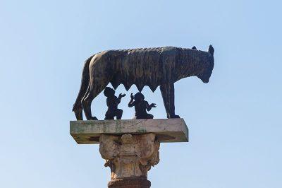 pisa kulesi lupa heykeli 400x266