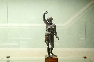 floransa arkeoloji muzesi antik bronz insan heykeli 400x266