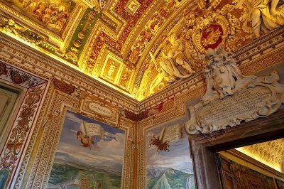 vatican muzesi renkli suslemeli tavanlar 400x266