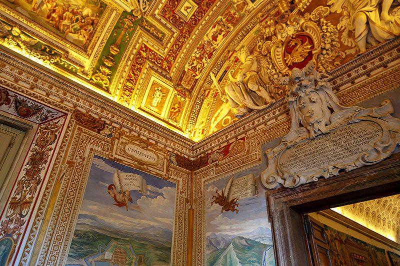 vatican muzesi renkli suslemeli tavanlar