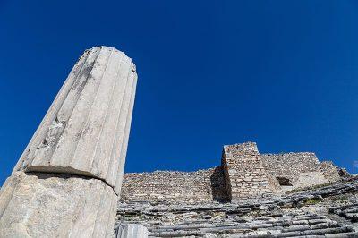 aydin miletos antik kenti tiyatro sutunu 400x266