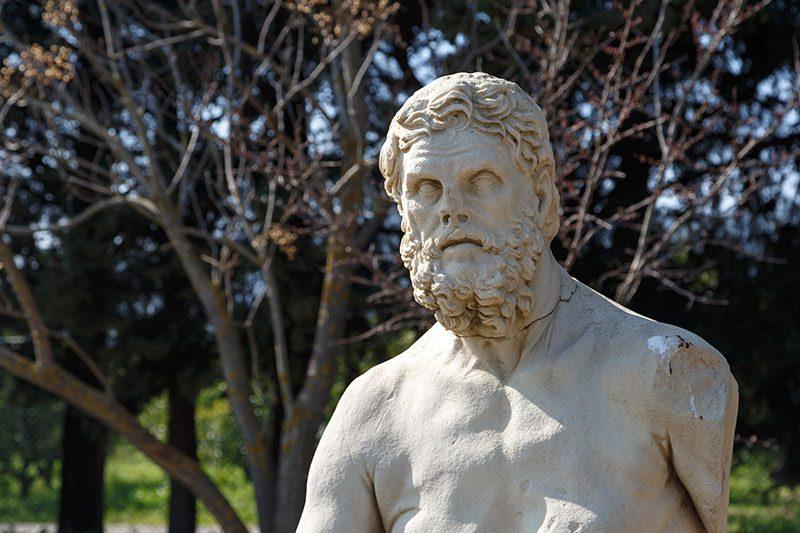 claros kehanet merkezi yazar heykeli