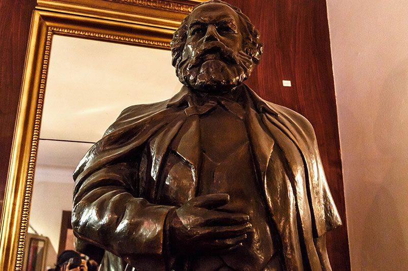 prag komunizm muzesi karl marx heykeli