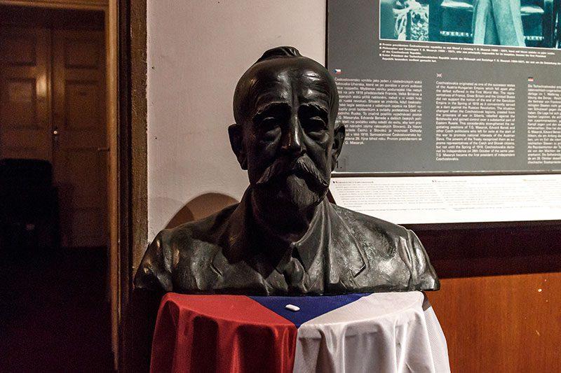 prag komunizm muzesi lenin heykeli
