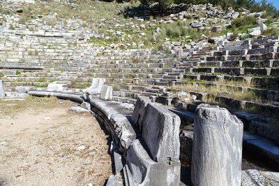 priene antik kenti tiyatro koltuklari 400x266
