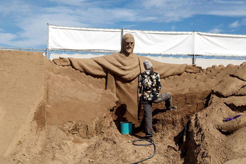 antalya lara plaji kum heykel festivali calismalari isa heykeli