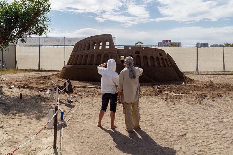 antalya lara plaji kum heykel festivali calismalari kolezyum