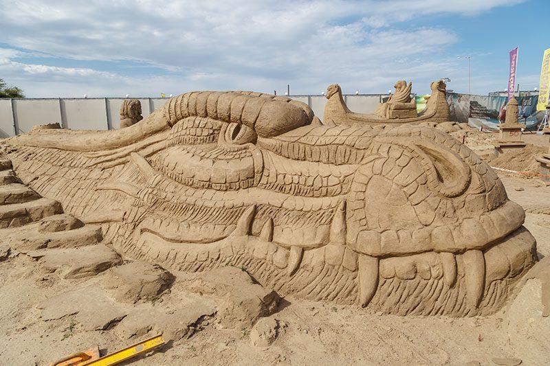 antalya lara plaji kum heykel festivali ejderha heykeli