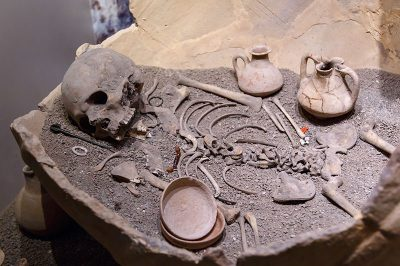 eskisehir arkeoloji muzesi kup icinde iskelet 400x266