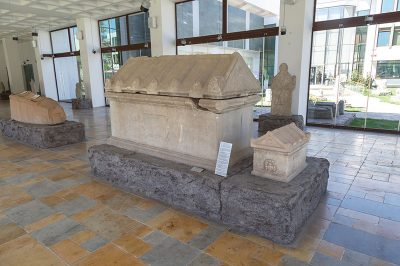 eskisehir arkeoloji muzesi lahit grubu 400x266