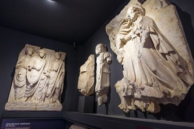 izmir efes muzesi domitianus tapinagi heykelleri 400x266