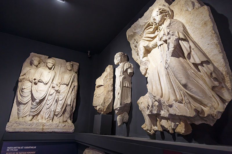 izmir efes muzesi domitianus tapinagi heykelleri