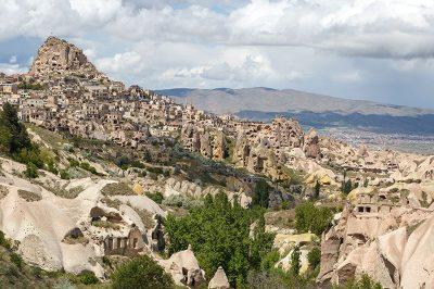 kapadokya guvercinlik vadisi uchisar kalesi goruntusu 400x266