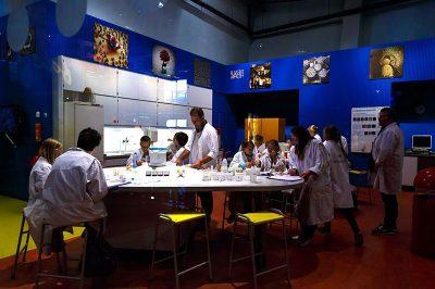 amsterdam nemo bilim muzesi laboratuvar 400x266