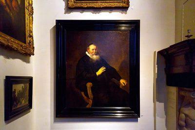 amsterdam rembrandt evi muzesi duvarlardaki tablolar 400x266
