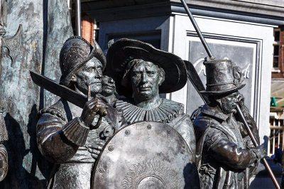 amsterdam rembrandtplein gece devriyesi heykelleri 400x266
