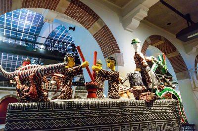 amsterdam tropenmuseum heykel kuklalar 400x266