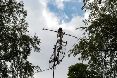 antwerp middelheim park muzesi iskelet akrobat 400x266