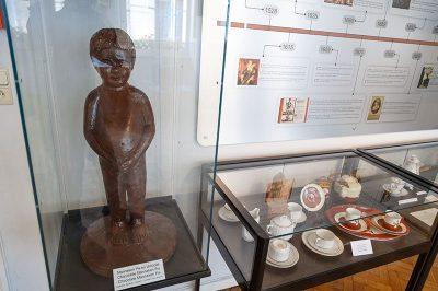 bruksel cikolata muzesi mannaken pis heykeli 400x266