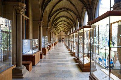 bruksel cinquantenaire muzesi cam eserler 400x266