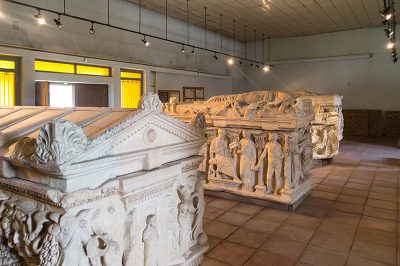konya arkeoloji muzesi sidemara tipi lahitler 400x266