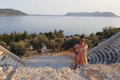 antiphellos antik kenti tiyatrosu kalintilari 400x266