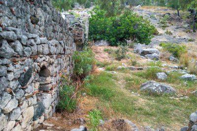 olimpos cirali yanartas kilise kalintilari 400x266