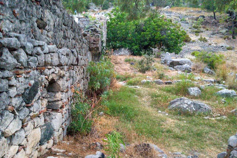 olimpos cirali yanartas kilise kalintilari