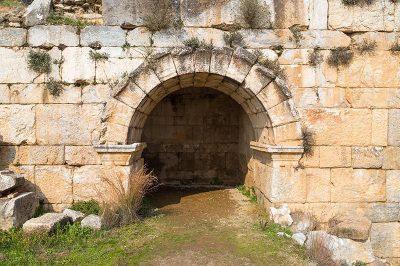 aydin nysa antik kenti tiyatro girisi 400x266