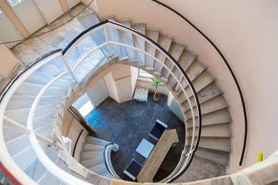 izmir arkeoloji muzesi merdivenler 400x266