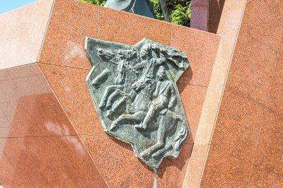 izmir ilk kursun aniti hasan tahsin heykeli 400x266