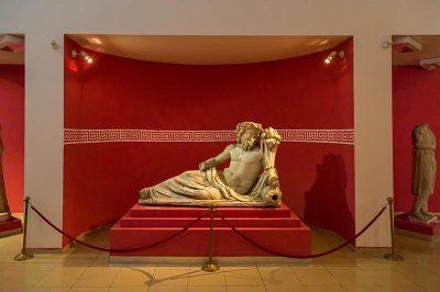 izmir tarih ve sanat muzesi tas eserler heykeller 400x266