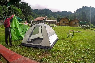 ayder camping konaklama cadiri toplarken 400x266