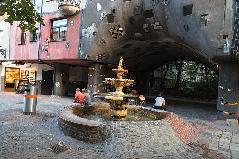 viyana hundertwasser house cesmesi