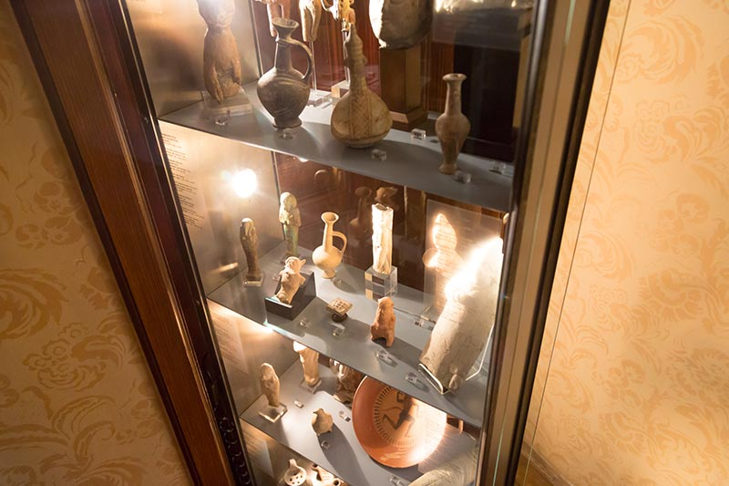 viyana sigmund freud muzesi arkeoloji vitrini