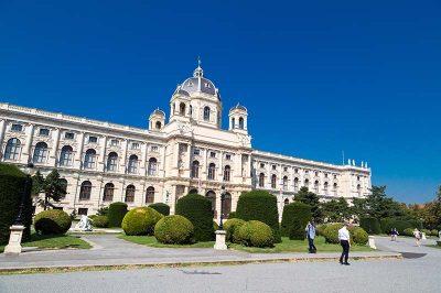 viyana doga tarihi muzesi meydan bahcesi 400x266