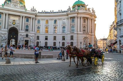 viyana michaelerplatz hofburg kraliyet sarayi girisi 400x266