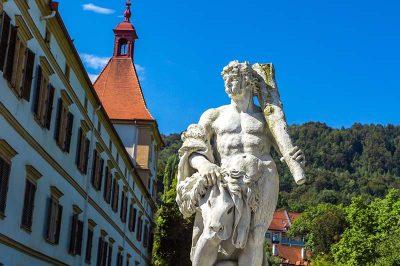 graz eggenberg sarayi bahce heykelleri 400x266