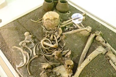 bursa arkeoloji muzesi iskelet heykeli 400x266