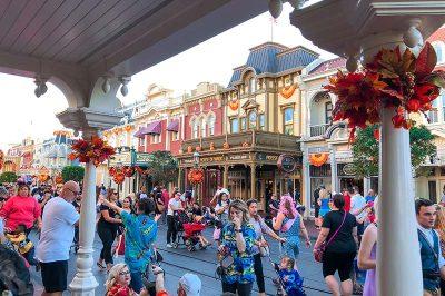 magic kingdom main street usa insanlari 400x266